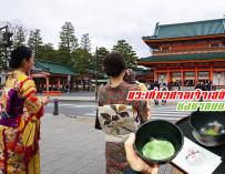 ฝึกการชงชาแบบญี่ปุ่น กินขนมโมจิ จิบชาเขียว แวะเที่ยวศาลเจ้าเฮอัน (Heian Shrine) ถ่ายรูปกับประตูโทริอิยักษ์สีแดง